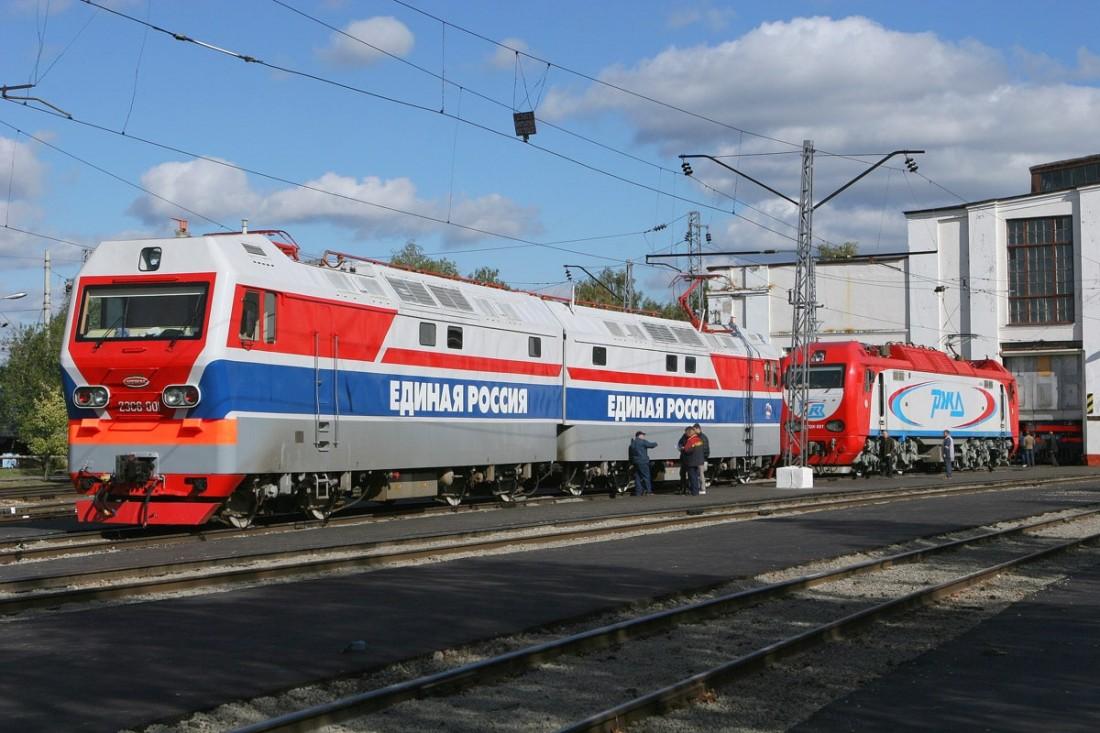 Электровоз 2ЭС6-001 на вокзале