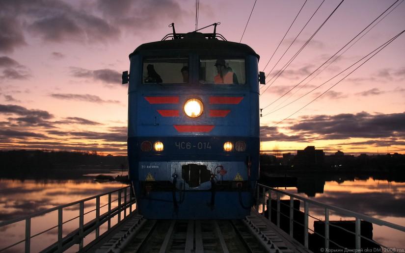 ЧС6 едет по мосту над рекой