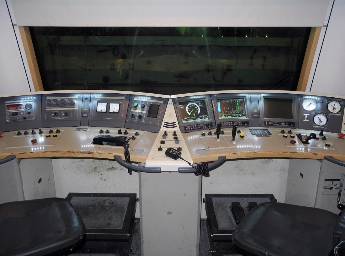 Пульт управления 2ЭС6 в кабине