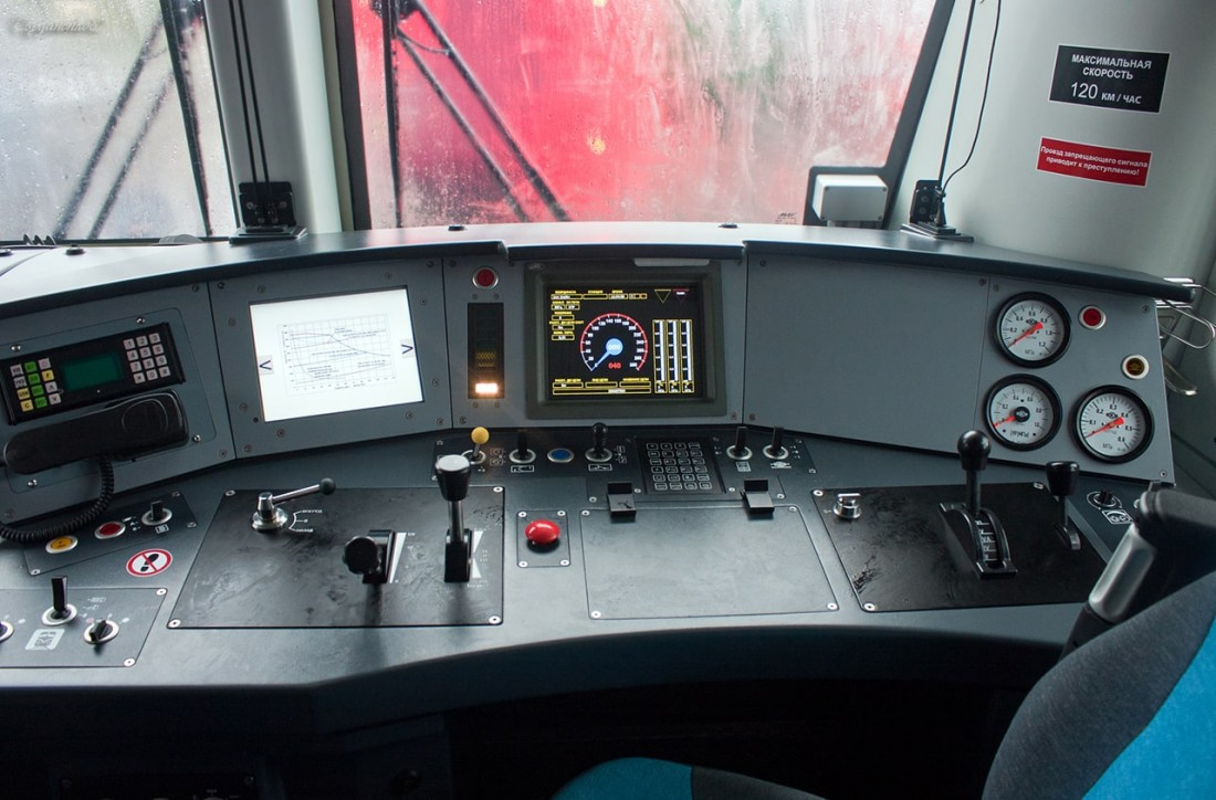 Кабина электровоза 2ЭВ120