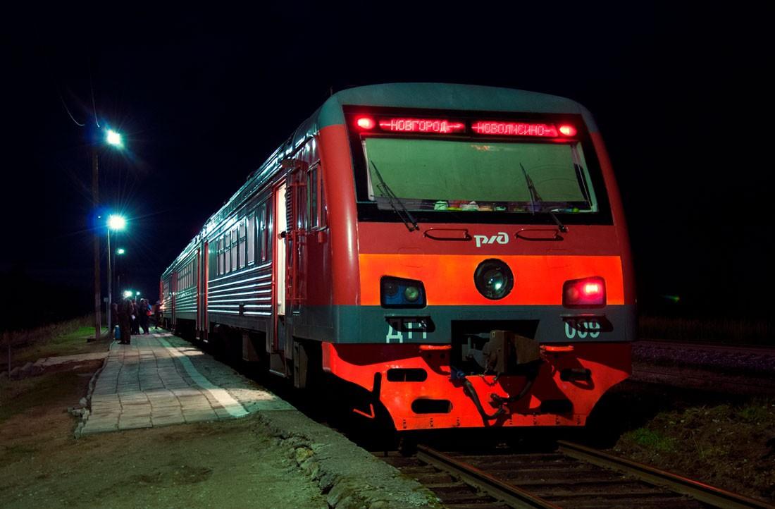 Электропоезд ДТ1 на ночной стоянке
