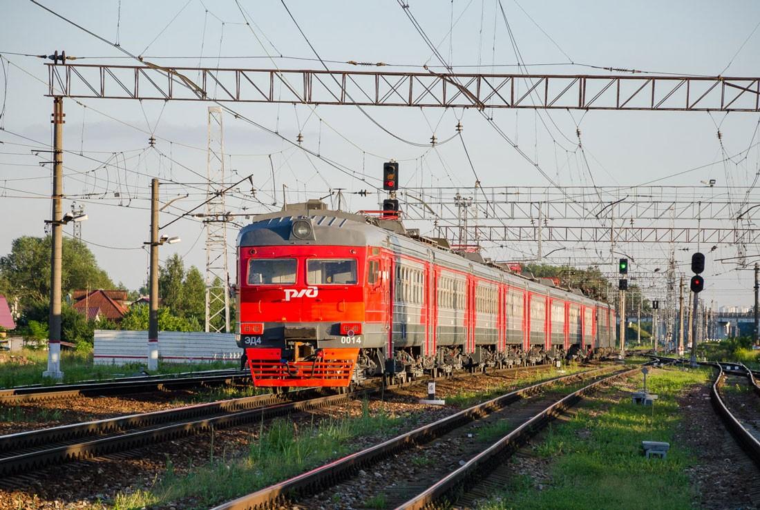 Электропоезд ЭД4 на станции Столбовая в Московской области