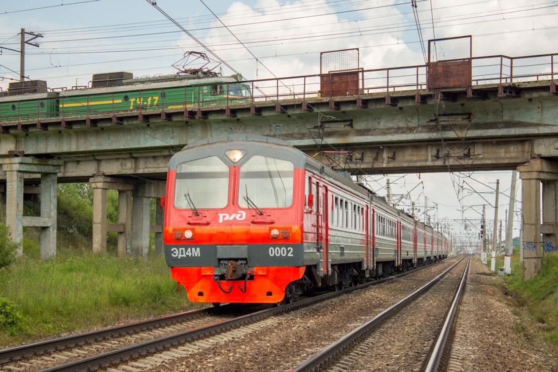 Электричка ЭД4М на станции Столбовой