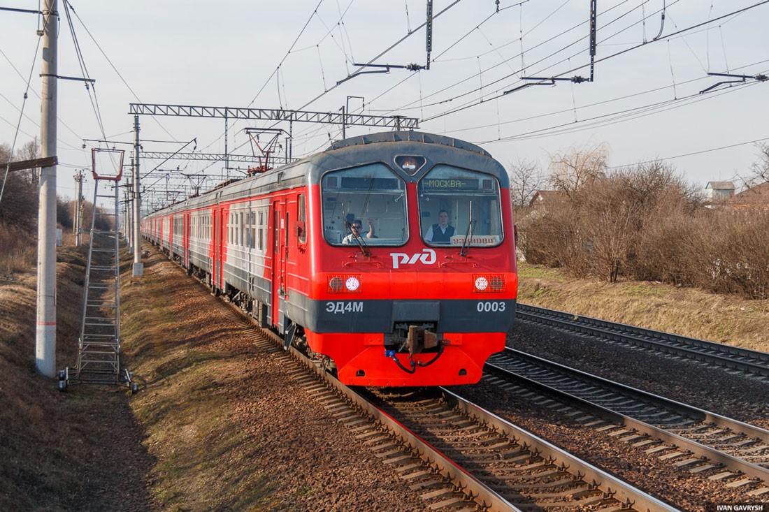 Электропоезд ЭД4М на перегоне в Московской области