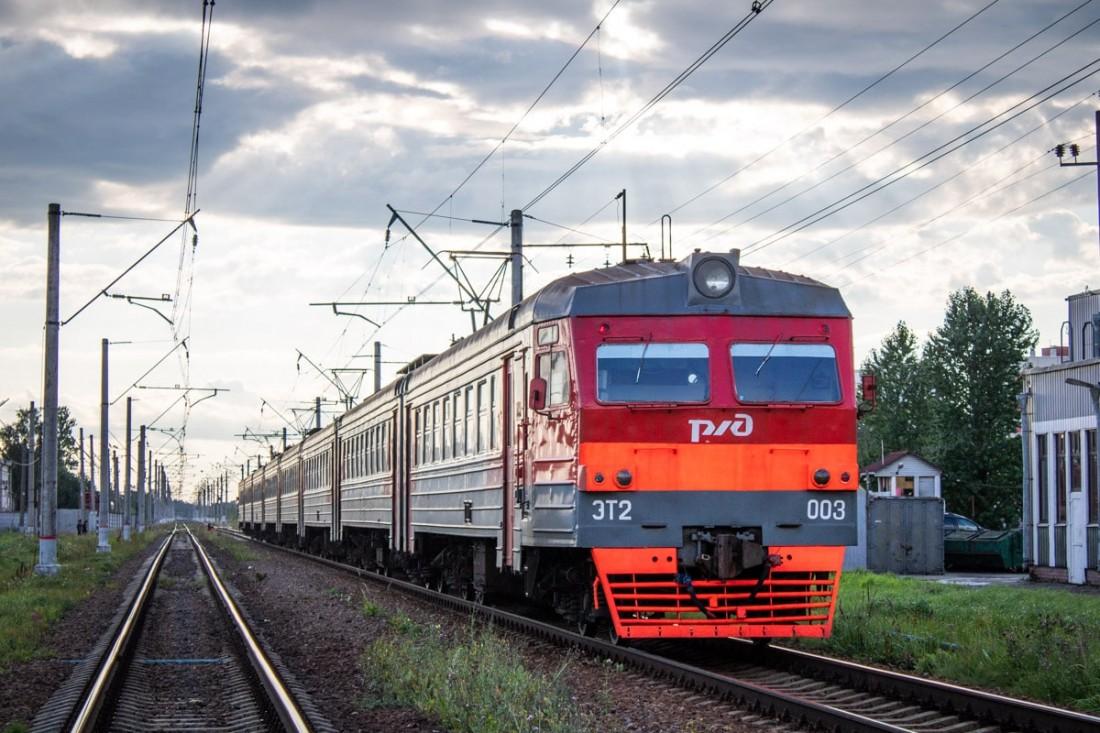 Электропоезд ЭТ2 на станции