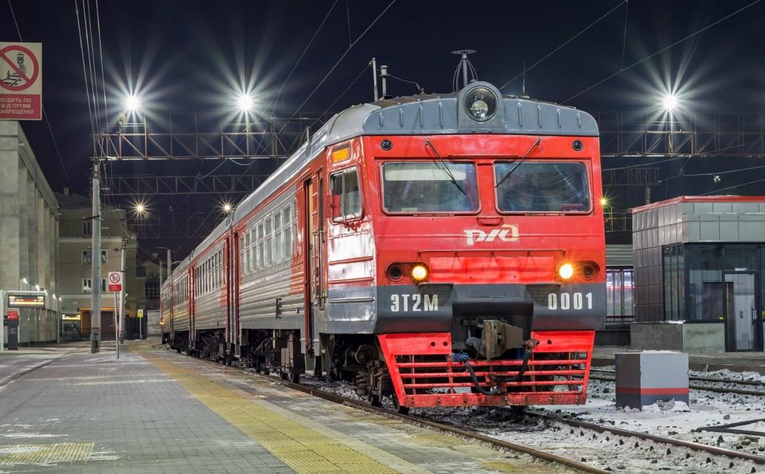 Электропоезд ЭТ2М на вокзале в Екатеринбурге