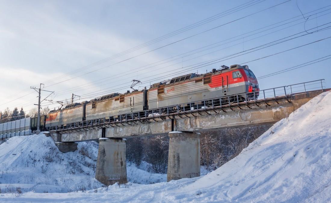 Электровоз 3ЭС4К на мосту зимой