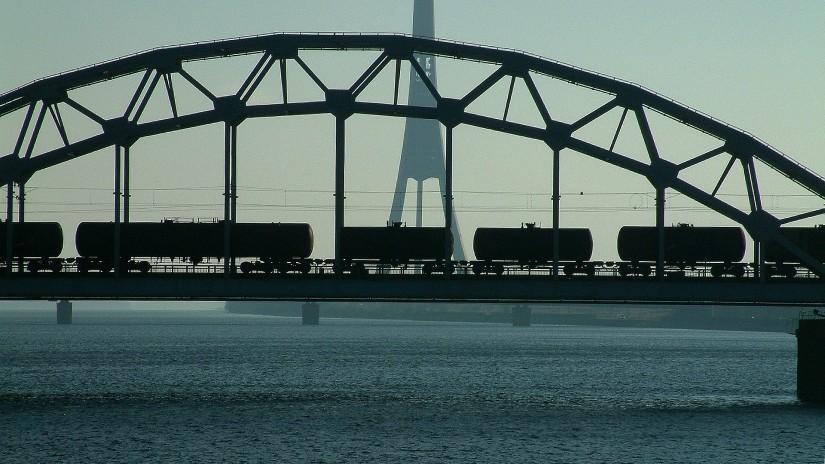 Грузовой поезд на мосту в Латвии