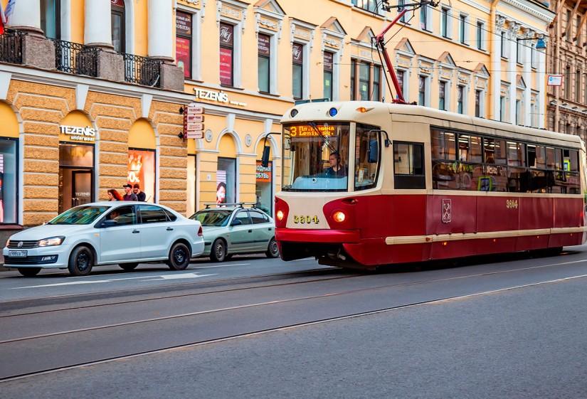 Трамвай в Санкт-Петербурге с токоприемником завода Seltrans
