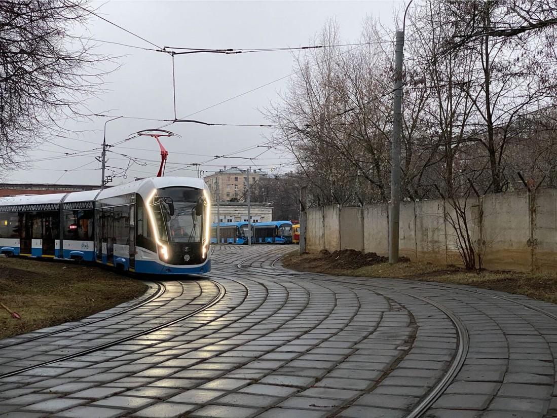 Трамвай Витязь-М едет по Москве
