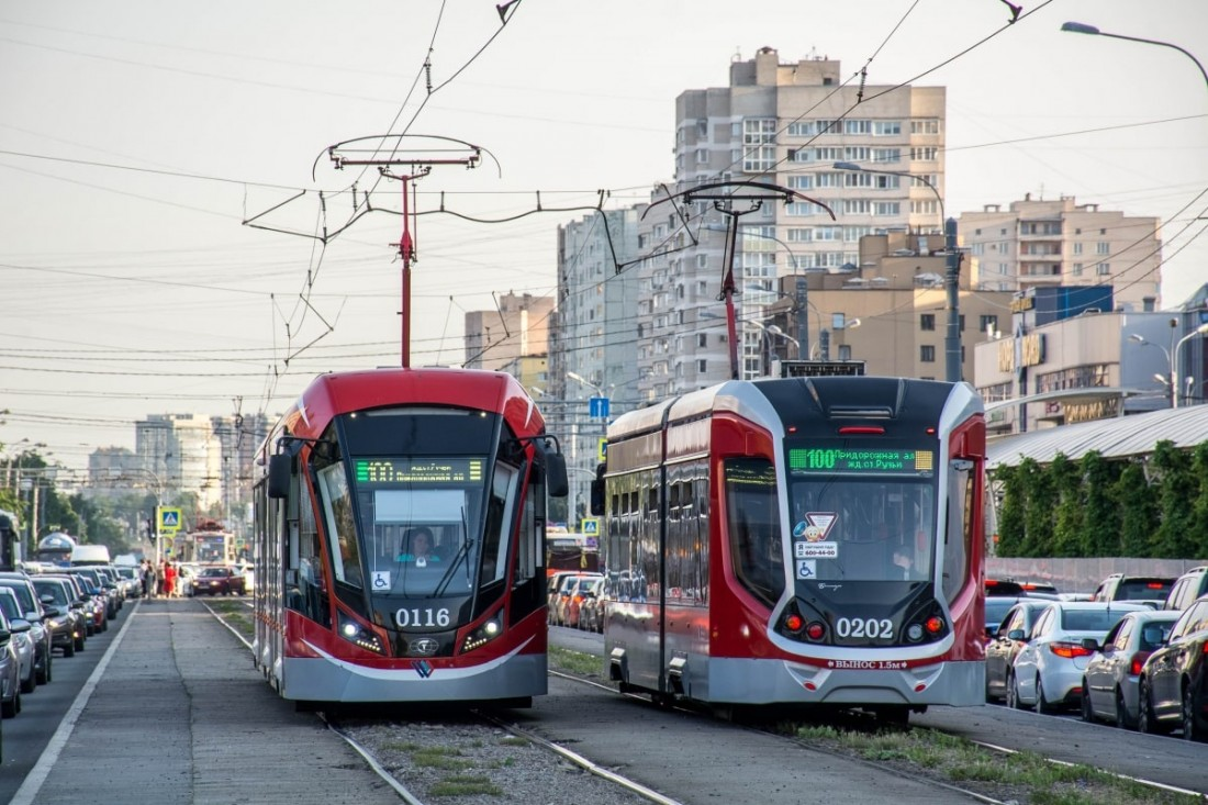 Трамвай Витязь М (слева) и трамвай Богатырь М (справа)