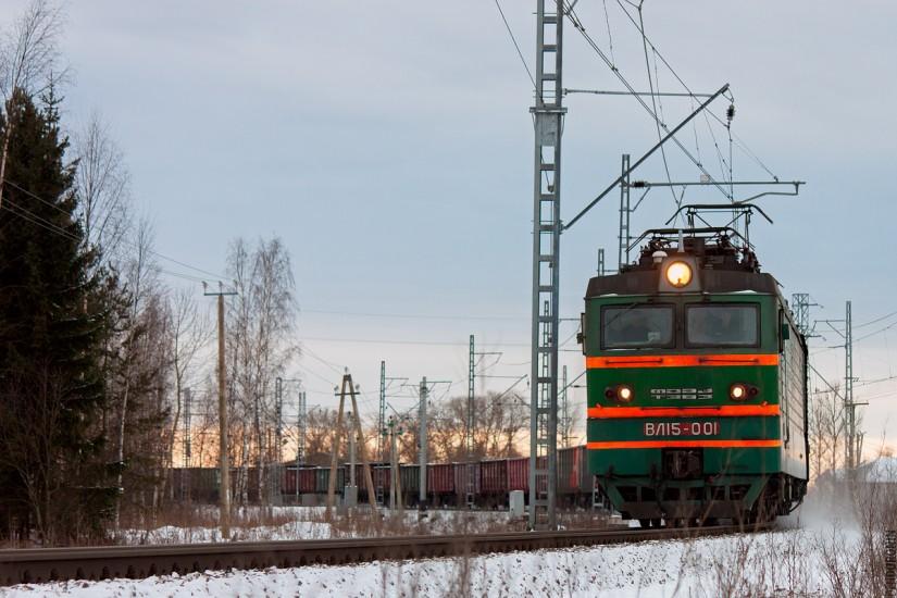 Электровоз ВЛ15 везет груз
